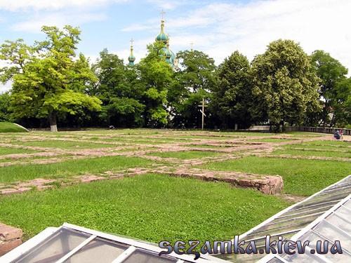 Фрагмент фундамента с видом на Андреевскую церьковь Десятинная Церковь  Достопримечательности Киева - Культовые сооружения  (137)